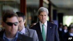 Menlu AS John Kerry berjalan bersama para anggota delegasi AS dalam KTT APEC di Bali (5/10). Menlu AS mengatakan pembicaraan terkait Kemitraan Trans Pasifik (TPP) akan terus berlangsung meskipun tidak dihadiri oleh Presiden AS Barack Obama . (AP Photo/Dita Alangkara)