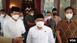 Ketua Umum PKB, Muhaimin Iskandar ( baju putih peci hitam- tengah) menemui Walikota Solo yang juga putra sulung Presiden Jokowi, Gibran Rakabuming Raka (kanan- baju batik), akhir Maret lalu. (Foto: VOA/ Yudha Satriawan)