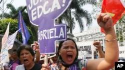 12일 필리핀 수도 마닐라의 대법원 앞에서 시위대가 방위협력확대협정(EDCA) 합헌 결정에 항의하고 있다.