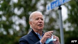 Kandidati demokrat Joe Biden heq maskën për t'u folur gazetarëve në shtetin Pensilvani (26 tetor 2020)