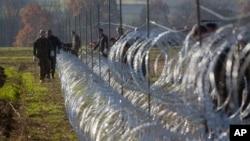 Slovenski vojnici podižu ogradu na hrvatskoj granici u Gibini, Slovenija, 11. novembar 2015.