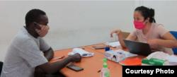 Seorang pengungsi sedang berkonsultasi dengan pendamping terkait COVID-19. (Sumber: UNHCR Indonesia)