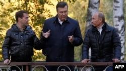Слева направо: Дмитрий Медведев, Виктор Янукович, Владимир Путин.