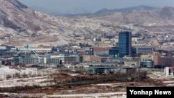 한국 정부가 10일 북한의 일방적인 임금인상 조치를 따르는 개성공단 입주기업을 제재한다는 방침을 세운 것으로 전해졌다. 북한 김정일 국방위원장 3주기인 지난해 12월 경기도 파주시 도라산에서 바라본 개성공단 일대.