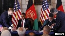 Presiden Barack Obama dan Presiden Hamid Karzai menandatangani Perjanjian Kerjasama Strategis di Istana Kepresidenan Afghanistan di Kabul (2/5).