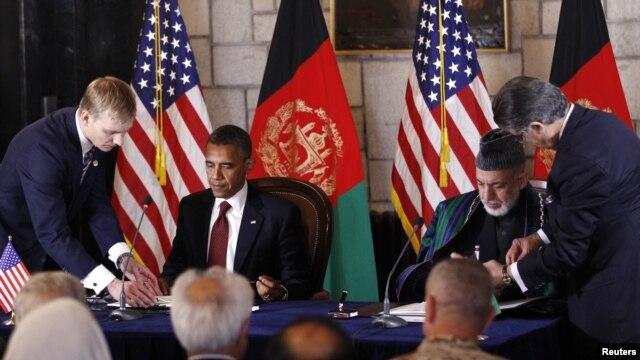 Presiden Barack Obama dan Presiden Hamid Karzai menandatangani Perjanjian Kerjasama Strategis di Kabul, Afghanistan (2/5).