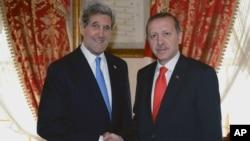 Menlu AS John Kerry (kiri) bertemu PM Turki Recep Tayyip Erdogan di Istanbul hari Minggu (7/4).