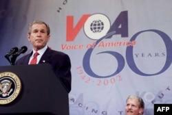 Rais George W. Bush akiongea katika sherehe za miaka 60th ya Sauti ya Amerika (VOA) Februari, 25, 2002, Ofisi za VOA Washington, DC.