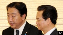 Japanese Prime Minister Yoshihiko Noda, left, escorts his Vietnamese counterpart Nguyen Tan Dung for their dinner at Noda's official residence in Tokyo on October 31, 2011.