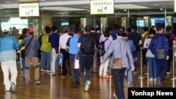 중국 연수 중 버스사고를 당한 한국 지방공무원 일행 가운데 부상자를 제외한 교육생들이 3일 오후 영종도 인천국제공항을 통해 귀국하고 있다.