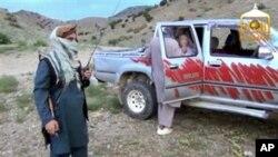 Imagen de un video filmado por los talibanes cuando entregaron al sargento Bowe Bergdahl.