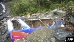 Mảnh vỡ của một chiếc xe mà họ tin là chiếc xe khách chở 19 du khách Trung Quốc bị mất tích, ngày 23/10/2010