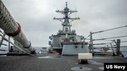 USS Curtis Wilbur (DDG 54), tàu khu trục có tên lửa dẫn đường lớp Arleigh Burke trong hoạt động thường lệ tại Eo biển Đài Loan vào ngày 18/5/2021. (U.S. Navy photo by Mass Communication Specialist 3rd Class Zenaida Roth)