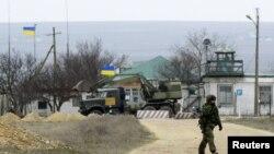 Hãng tin Reuters cho biết hàng chục xe quân sự đã lái vào một căn cứ gần thủ Simferopol của Crimea vào ngày thứ Bảy, 8 tháng 3, 2014.