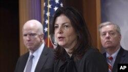 2016年1月21日美國國會議員在國會山新聞發佈會上關注伊朗核協議。