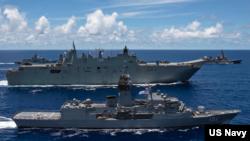 澳大利亚军舰加入美国和日本军舰在菲律宾海举行联合军演(美国太平洋舰队2020年7月21日照片)