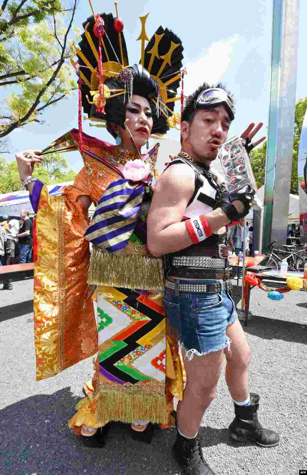 អ្នកចូលរួមក្នុងការដើរហែរក្បួន «មោទនភាពឥន្ធូទីក្រុងតូក្យូ ២០១៥ (Tokyo Rainbow Pride)» ឈរឲ្យថតរូប មុនដំណើរក្បួនចាប់ផ្តើម ក្នុងប្រទេសជប៉ុន។