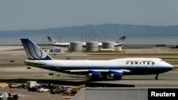 Chuyến bay của United Airlines 998 chở hai hành khách này từ Brussels đáp xuống phi trường Quốc tế Liberty tại Newark.