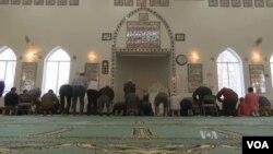 Umat Muslim AS sedang sholat di Islamic Center di Northern Virginia.