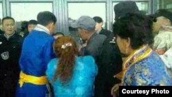 乌拉特前旗和乌拉特后旗的蒙古族牧民在巴彦淖尔市政府建筑前与警察推搡。(南蒙古人权信息中心照片)