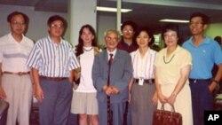 1993年7月,原《人民日報》社社長、總編輯胡績偉(左三)參觀美國之音中文部。圖右一為記者海濤。