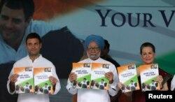 Thủ tướng Ấn Độ Manmohan Singh (giữa), Thủ lĩnh Đảng Quốc Đại bà Sonia Gandhi (phải) và con trai bà Rahul Gandhi
