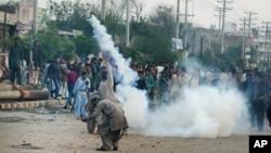 16일 파키스탄 라호르 시에서 폭탄테러에 항의하는 기독교인 시위대가 경찰이 쏜 최루 가스에 휩싸였다.