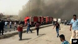 巴格達星期四上午發生兩宗自殺汽車炸彈襲擊後,現場升起濃煙。