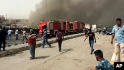 بغداد کے شیعہ اکثریتی علاقے میں دھماکے کے بعد عام شہری اور سکیورٹی اہلکار جائے واقعہ پر جمع ہیں۔