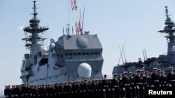 """2017年3月22日,日本自卫队成员在横滨参加直升机航母""""加贺""""号交接仪式。"""