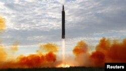 북한이 지난 9월 공개한 화성-12형 탄도미사일 발사 장면. 미사일이 이동식발사차량에 장착된 그대로 세워져 발사되는 모습이다.