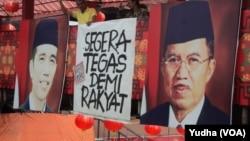 Spanduk raksasa bertuliskan imbauan untuk Presiden Jokowi agar bersikap tegas menghadapi polemik KPK-Polri di Solo, 13 Februari 2014 (Foto: VOA/Yudha)