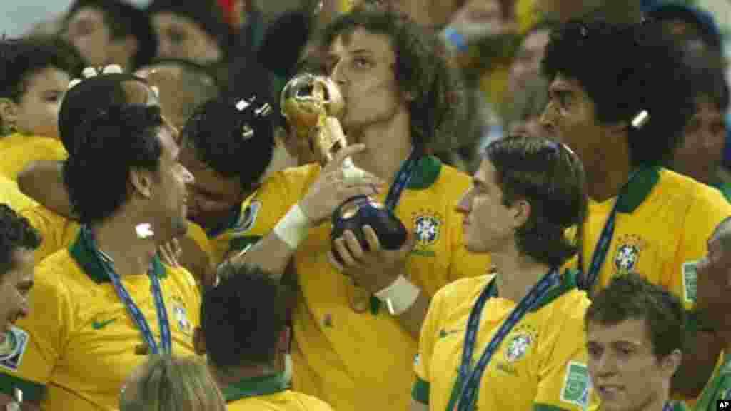 David Luiz beija o troféu após a equipa brasileira ter conquistado a Taça das Confederações, numa final que opôs Brasil à Espanha, no estádio do Maracanã.