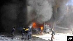 Photo fournie par les Casques blancs d'un bombardement dans la Ghouta, banlieue de Damas, le 20 février 2018