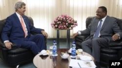 Menlu AS John Kerry (kiri) melakukan pembicaraan dengan PM Ethiopia, Hailemariam Dessalegn di Addis Ababa Kamis (1/5).