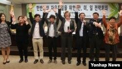 29일 서울 프레스센터에서 열린 '한반도의 자유통일을 위한 미한일 전략회의' 서울선언 발표 후 참가자들이 만세를 부르고 있다. 수전 숄티(왼쪽 다섯번째) 북한자유연합대표, 김성민(왼쪽 여섯번째) 자유북한방송 대표 등이 참가했다.