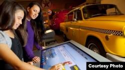 미시간주 디어본에 있는 헨리 포드 박물관 방문객들이 전시차량 정보를 담은 터치스크린을 이용하고 있다.