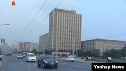 북한의 서부전선 포격 도발 이틀째인 21일 조선중앙TV에 보도된 평양시내 모습. 평소와 다름 없이 평온한 표정이다.