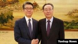 지난 9월 한국 6자회담 수석대표인 김홍균 외교부 한반도평화교섭본부장(왼쪽)이 베이징에서 중국측 수석대표인 우다웨이 외교부 한반도사무특별대표와 만나 북한 5차 핵실험 대응 방안 등을 논의했다. (자료사진)