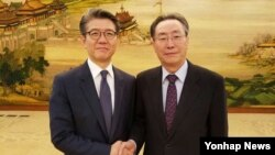 한국 6자회담 수석대표인 김홍균 외교부 한반도평화교섭본부장(왼쪽)이 22일 베이징에서 중국측 수석대표인 우다웨이 외교부 한반도사무특별대표와 만나, 북한 5차 핵실험 대응 방안 등을 논의했다.