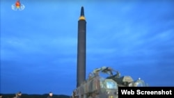북한 '조선중앙TV'가 공개한 '화성-12형' 탄도미사일 발사훈련 사진 (자료사진)