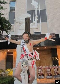 """雕塑家陈维明钉十字架扮受难艾未未""""档中央"""""""