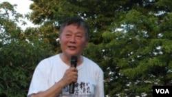 魏京生在紀念會上講話 (美國之音申華拍攝)