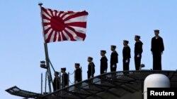 Thủy thủ Nhật đứng trên boong tàu chiến Izumo tại cảng Yokohama, phía nam Tokyo.