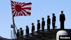 Thủy thủ Nhật đứng trên boong tàu chiến Izumo tại Yokohama, phía nam Tokyo.