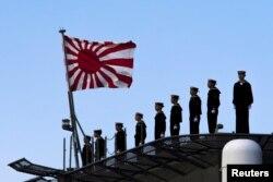 Thủy thủ Nhật trên boong tàu chiến Izumo.