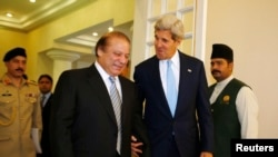 امریکی وزیرخارجہ جان کیری پاکستانی وزیراعظم نواز شریف کے ہمراہ