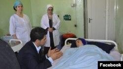 داکتر آرین در دیدار با یکی از بیماران در شفاخانه ملالی کابل