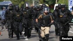 Cảnh sát chống bạo động Hungary được triển khai đến các cửa khẩu biên giới với Serbia ở thị trấn Röszke, ngày 16/9/2015.