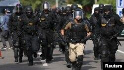 세르비아 접경 도시 헝가리 로즈케 시에서 16일 무단 입국하는 난민들을 단속하기 위해 경찰이 출동했다.
